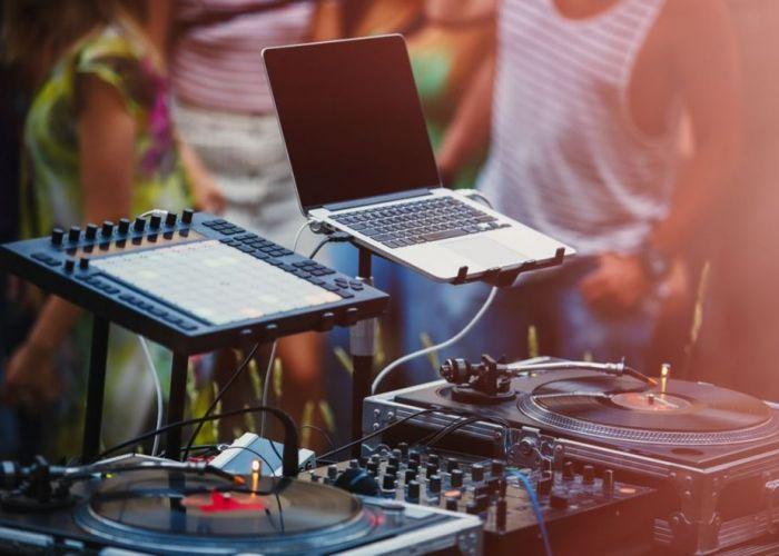 (P) Boxe, amplificator audio și mixer amplificat. De ce mai avem nevoie pentru o petrecere perfectă?