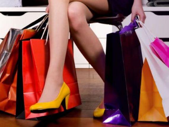 Comerciantii se lauda ca in acest weekend incep reducerile de soc si vand hainele de firma de la 3 lei in sus!