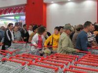 Romanii se calca in picioare la reduceri in supermarket! VIDEO