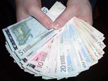In februarie, bancile au acordat mai putine credite populatiei si firmelor