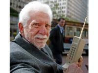 Au trecut 38 de ani de la inventarea telefonului mobil. Cum arata si cat cantarea