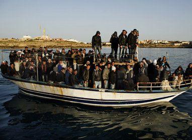 Basescu vrea sa  infieze  200 de imigranti tunisieni de la Berlusconi