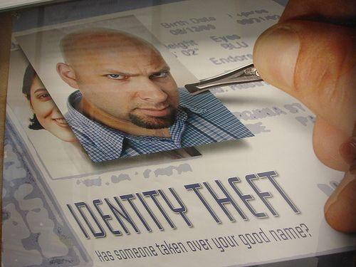 Bancile vor sa-ti verifice  buletinul  in baza de date a Politiei. Autoritatile se opun. Cum comentezi?