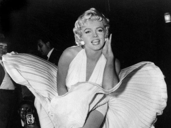 James Bond si Marilyn Monroe  se vand  cu sume record. Celebra rochie alba a lui Marilyn, cumparata cu 4,6 mil. de dolari FOTO