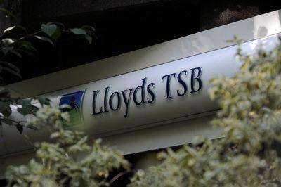 Grupul bancar Lloyds da afara 15.000 de angajati. Fostul sef ia inca salariu de 1 mil. lire sterline