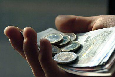 Unde sunt contractele incheiate de Boc? Incasarile la pensii, mai mici in mai, dupa explozia de angajari anuntata de premier