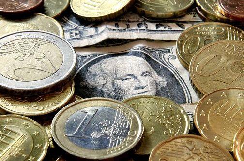 Criza din Europa decapiteaza moneda unica si ridica din nou pretul aurului. Euro s-a prabusit in fata dolarului