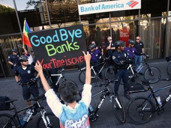 Cei 5 dolari care au umplut paharul. Sute de mii de americani isi muta conturile de la banci in cooperative de credit, din cauza comisioanelor