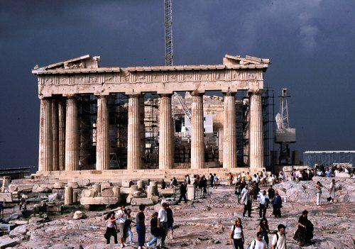 Impozite mai mari, salarii mai mici si concedieri. Grecia a adoptat un buget drastic, pentru a ramane in zona euro