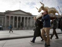 """""""Vitelul de aur"""" sau cum au protestat manifestantii Occupy DC """"cultul banilor"""" GALERIE FOTO"""