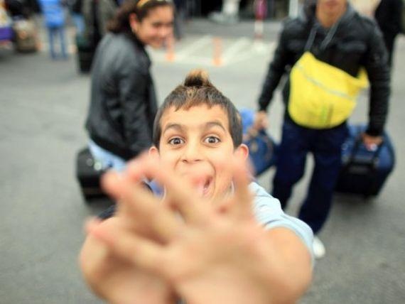 Romii si-au instalat tabara intr-un cartier select din Paris. Francezii strang semnaturi sa-i evacueze