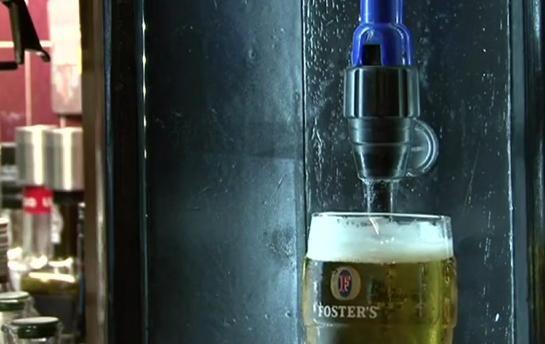 Inventia care lasa chelnerii fara job si permite clientilor sa bea in nestire VIDEO