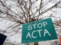 """60 de oameni protesteaza la Oradea impotriva ACTA. Au adus calculatoare si monitoare in Piata Unirii: """"Ne simtim supravegheati"""""""