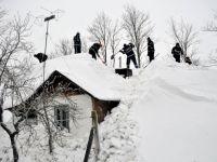 Cod portocaliu de ninsori abundente pana marti. 81 de drumuri judetene blocate, 36 de localitati izolate