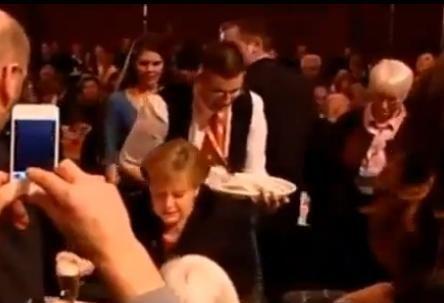 Un chelner i-a varsat 5 beri pe spate cancelarului Angela Merkel.  Iron Frau  explica reactia care a uimit pe toata lumea. VIDEO