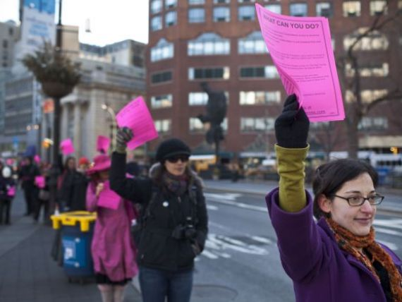 Cel mai lung sir de someri din lume . Mii de oameni au protestat in New York fata de masura care afecteaza 14 milioane de locuitori