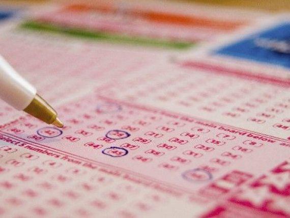 Cel mai mare premiu din istoria loteriei americane a fost castigat. Suma de 640 de mil. dolari ar putea fi impartita