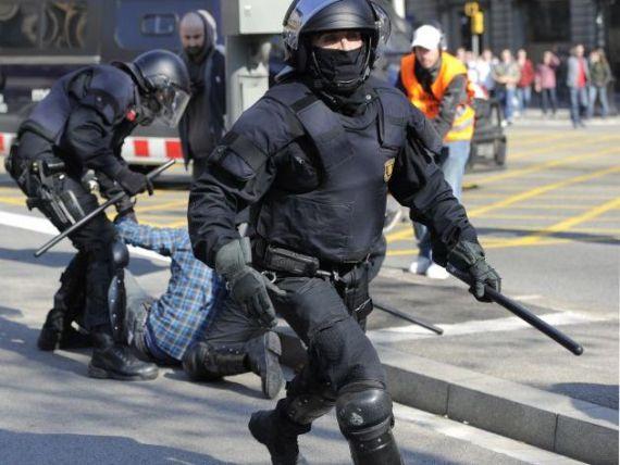 Europa se teme de furia oamenilor saraciti de criza. Peste 4.500 de politisti, mobilizati la Barcelona inaintea summitului BCE