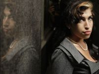 Originalitatea se vinde scump. Un autoportret al artistei Amy Winehouse, pictat cu propriul sange, achizitionat cu 56.000 dolari