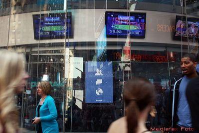 Actiunile Facebook scad cu 8% in deschiderea bursei din SUA, pentru a doua zi consecutiv. Investitorii sunt revoltati: au pierdut 25% din bani