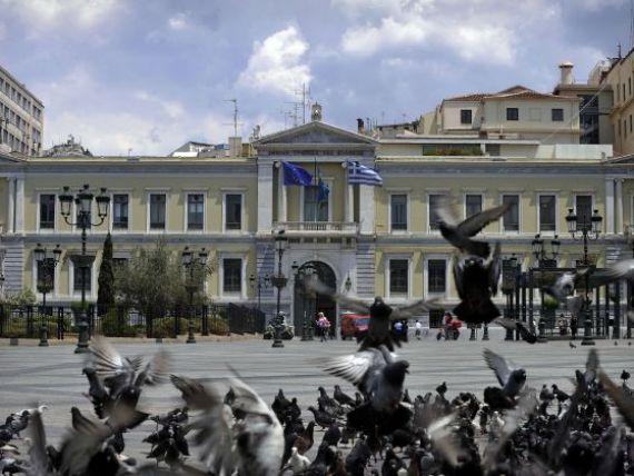 De ce Grecia se afunda tot mai mult. Cea mai mare parte a ajutorului financiar pentru eleni se intoarce la creditorii externi