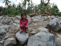 Supravietuitorii taifunului Bopha din Filipine jefuiesc magazine, din cauza foametei