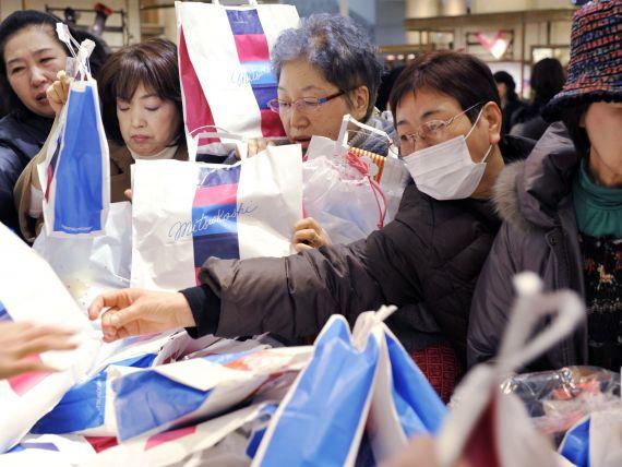In Japonia se vand  genti norocoase . Retailerii au starnit isterie in magazine