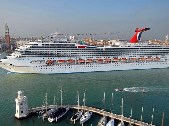 La un an de la naufragiul Costa Concordia, Venetia vrea sa interzica navele de croaziera