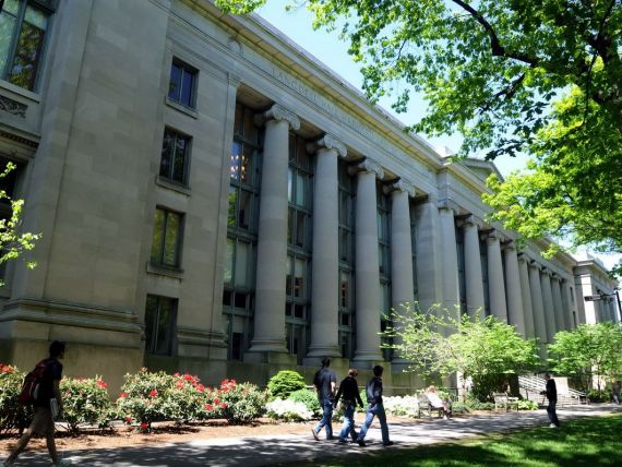 Absolventii de Harvard ajung sa lucreze ca bone. Mai are valoare diploma universitara?