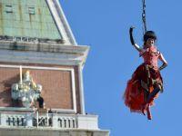 """""""Zborul ingerului"""", momentul de start al Carnavalului de la Venetia, urmarit de 70.000 de turisti"""