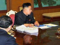 O fotografie in care Kim Jong-un apare in posesia unui smartphone genereaza controverse
