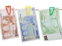 Euro scade la minimul ultimelor 14 luni fata de dolar, dupa acordul UE - Cipru. Cotatia aurului a crescut cu aproape 1% si a trecut de 1.600 dolari pe uncie