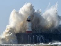 Tabloul apocaliptic pentru urmatoarele decenii, creionat de meteorologi: Vom petrece de doua ori mai mult timp, in zbor, in turbulente. Companiile de transport maritim se vor confrunta cu valuri de 40 m inaltime