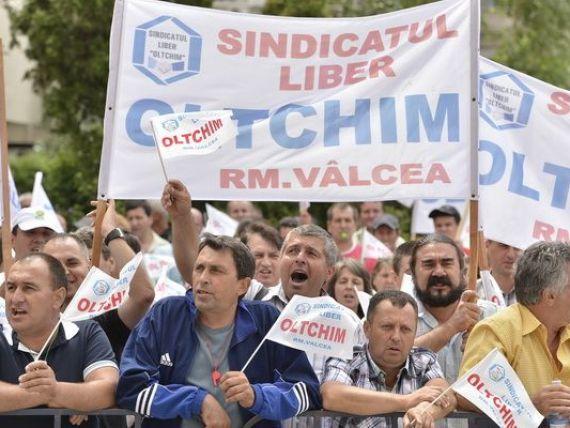 Peste 200 de angajati ai Oltchim protesteaza in strada, blocand DN 64