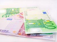 Euro ramane sub pragul de 4,4 lei