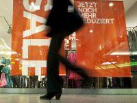Trenduri noi la cumparaturi. Comerciantii isi transforma radical magazinele, din cauza clientilor care migreaza catre internet