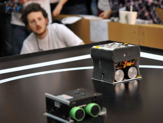 Intrecere intre roboti construiti de studenti. Cel mai scump costa 3.000 de euro
