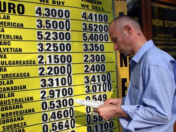 Cursul urca joi la 4,3352 lei/euro. Leul a batut toate valutele UE in 2013