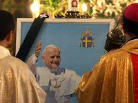 Un artist deghizat in papa a fost arestat la Roma pentru ca semana prea bine cu Ioan Paul al II-lea