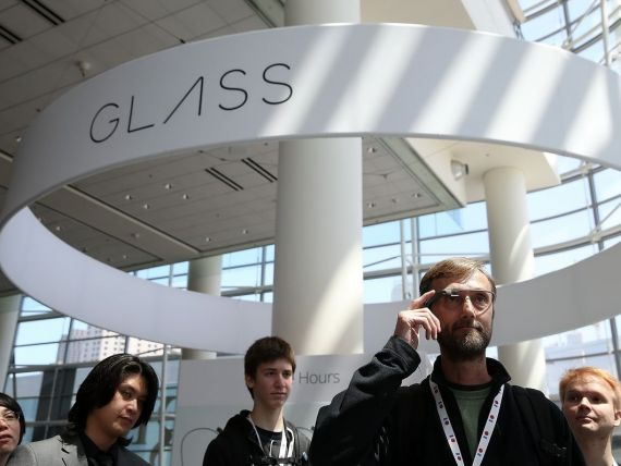 Google a interzis ochelarii Google Glass la adunarea actionarilor. Grupul este acuzat de ipocrizie