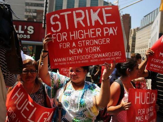 Sute de angajati ai McDonald s, Wendy s, KFC si Burger King, in greva la New York.  Nu au bani nici sa ia trenul pentru a veni la munca