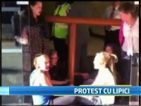 Protest extrem. 6 persoane s-au lipit cu superglue de usile din sticla si de conductele unei cladiri din Londra