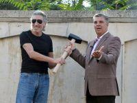 Roger Waters a daramat zidul Casei Poporului. Artistul britanic si presedintele Camerei Deputatilor au lovit simbolic, cu un ciocan, gardul Parlamentului