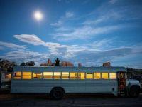 Un student de la arhitectura a transformat un autobuz intr-o locuinta mobila