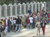Lant uman in jurul Palatului Parlamentului. Mii de oamenii protesteaza fata de Rosia Montana