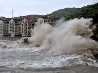 Cel putin doi morti si sute de mii de persoane evacuate in China, din cauza taifunului Fitow