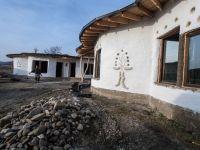 Case din lut, cu sticle montate in pereti si acoperis din iarba, in Buzau. Initiatoarea proiectului vrea sa-l includa intr-un circuit turistic. GALERIE FOTO