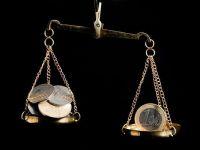 BCR: Moneda nationala s-ar putea deprecia in 2015 peste 4,6 lei pentru un euro, pe fondul unor tensiuni politice cauzate de reimpartirea puterii in Parlament