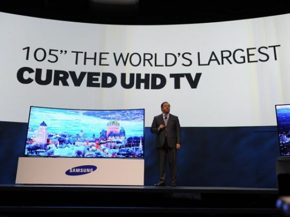Televizorul cu diagonala de 105 inci, care se indoaie pur si simplu spre privitor.  Revolutia  de 70.000 de dolari bucata. Samsung si LG  au luat fata  CES 2014