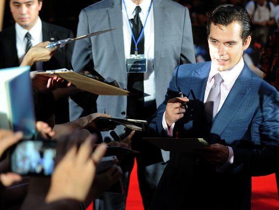 Warner Bros. amana lansarea filmului cu Superman si Batman pentru anul 2016